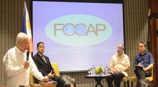 Ngoại trưởng Philippines Albert F. del Rosario phát biểu tại diễn đàn của FOCAP hôm 26-3. Ảnh: GOVPH