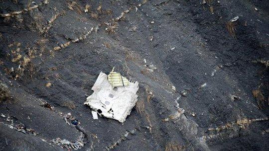 """Các hãng hàng không lớn trên thế giới đưa ra quy tắc """"buồng lái hai người"""" sau thảm kịch Germanwings 4U9525. Ảnh: Los Angeles Times"""