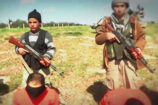 IS cho trẻ em dẫn tù nhân trong video hành quyết mới nhất. Ảnh: Daily Mail