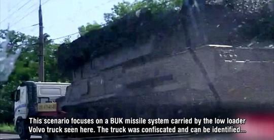Chiếc xe tải Volvo màu trắng được cho là vận chuyển Buk vào Donetsk. Ảnh: Daily Mail