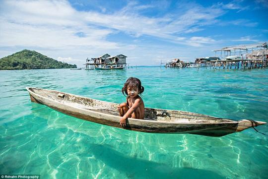 Những đứa trẻ Bajau giống như cá dưới biển. Chúng biết bơi từ rất sớm và được dạy bắt cá từ khi lên 8. Ảnh: Daily Mail