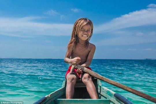 Đôi khi chỉ có một đứa trẻ trên một chiếc thuyền, không cần người lớn đi kèm. Ảnh: Daily Mail