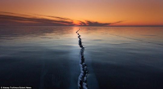 Khe nứt dài hàng trăm mét ở hồ băng Baikal, Siberia