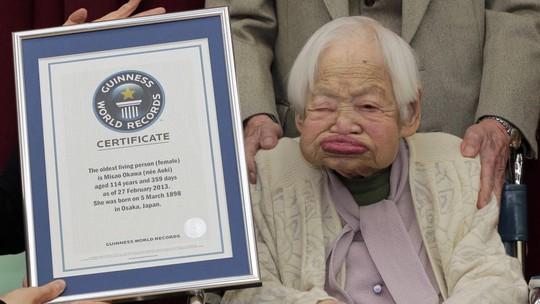 Cụ bà Misao Okawa nhận kỷ lục Guinness năm 2013. Ảnh: AP