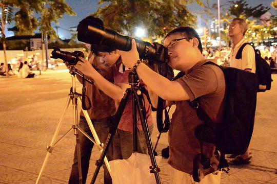 Nhiều bạn trẻ chọn những chiếc máy ảnh với ống kính siêu xa để săn trăng máu ở Cầu Mống (quận 1).