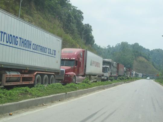 Hàng trăm xe contener và xe tải chở hàng nông sản bị ùn tắc kéo dài suốt 4 km từ cửa khẩu Tân Thanh đến ngã ba Pắc Luống ở quốc lộ 4A.