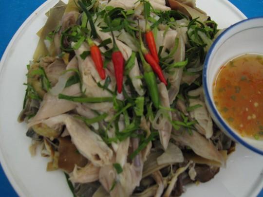 Đĩa gà luộc xé phay trộn bắp chuối luộc cơm mẻ, lá trúc thơm ngon và hấp dẫn