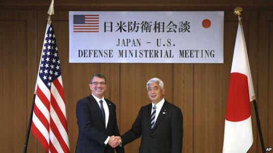 Bộ trưởng Quốc phòng Mỹ Ash Carter (trái) và người đồng cấp Nhật Bản Gen Nakatani hội đàm tại Tokyo hôm 8-4. Ảnh: AP