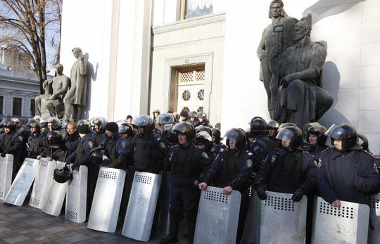 Lực lượng an ninh bảo vệ tòa nhà quốc hội. Ảnh: TASS