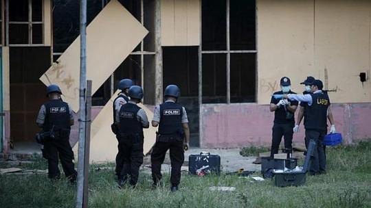 Cảnh sát Jakarta đang kiểm tra hiện trường vụ nổ. Ảnh: Reuters