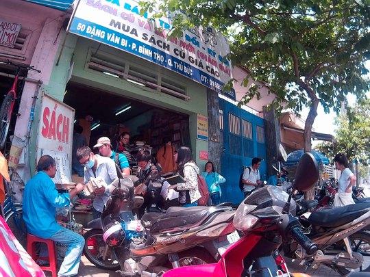Những ngày qua của hiệu bán sách cũ Bách Hợp của ông Lê Huỳnh Trí luôn tấp nập người mua, lượng khách đông đến nỗi xe không còn chỗ đậu
