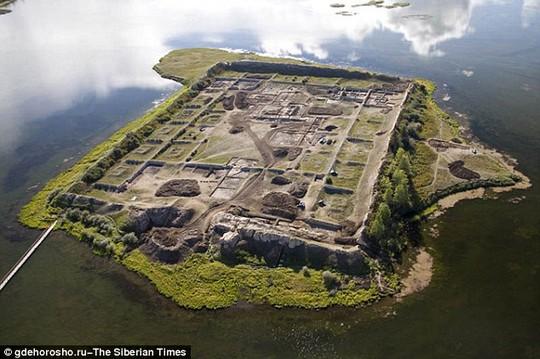 Hòn đảo Por-Bajin nằm trong một hồ nước ở Siberia. Ảnh: The Siberian Times