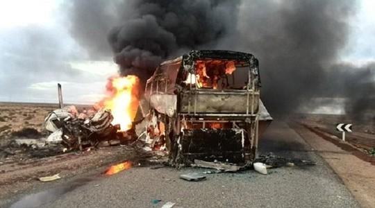 Chiếc xe buýt bốc cháy ngùn ngụt sau khi đấu đầu xe tải. Ảnh: BGN News