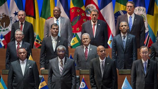 Tổng thống Mỹ Barack Obama (hàng giữa, bên phải) đứng khá gần Chủ tịch Cuba Raul Castro (hàng giữa, bên trái) tại Hội nghị thượng đỉnh các nước châu Mỹ. Ảnh: AP