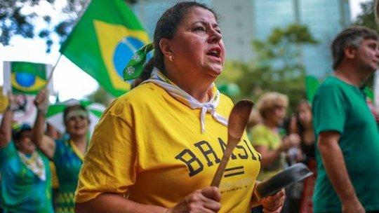 Khoảng 696.000 người biểu tình đồng loạt xuống đường ở Brazil hôm 12-4. Ảnh: BBC