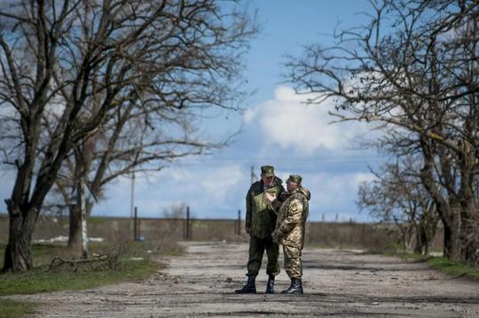 Tướng Nga Alexander Lentsov nói chuyện với tướng Ukraine Alexander Rozmaznin tại ngôi làng Shyrokyne hôm 9-4. Nơi này vừa diễn ra một trận chiến ác liệt. Ảnh: AP