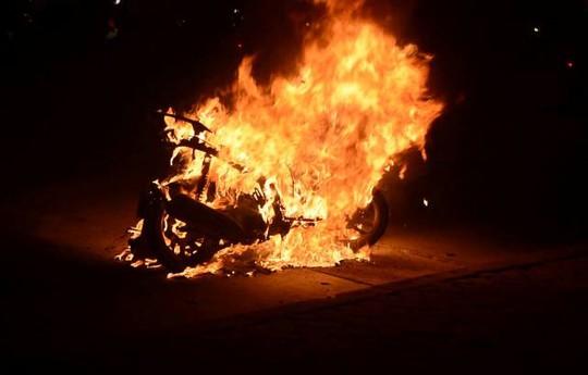 Chiếc xe Honda Air Blade bốc cháy dữ dội trên đường Giải Phóng