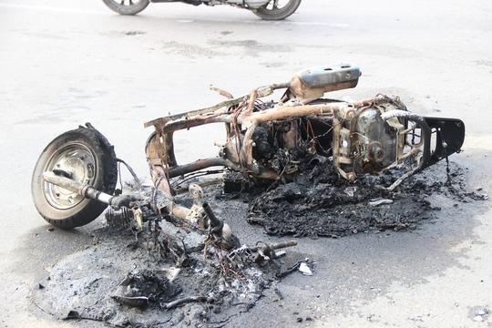 Sau ít phút cháy, xe chỉ còn trơ khung