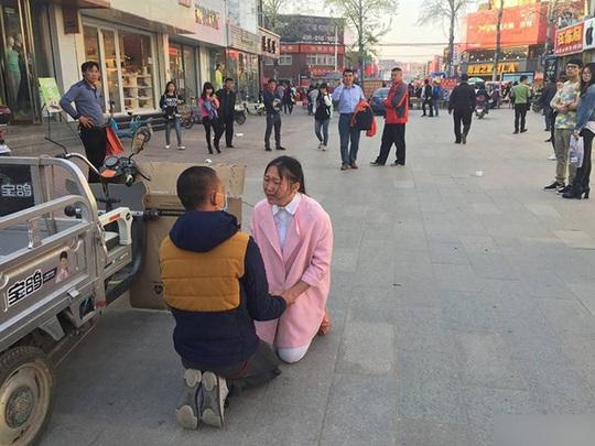 Viên Viên bị bạn trai phát hiện và ngăn cản. Ảnh: Shanghaiist