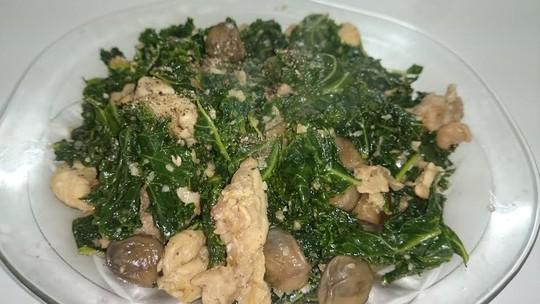 Kale xào thịt gà nấm rơm
