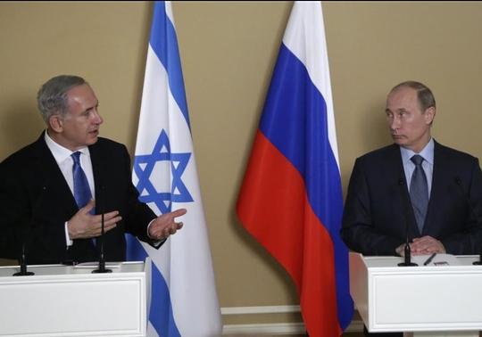 Thủ tướng Israel Benjamin Netanyahu (trái) và Tổng thống Nga Vladimir Putin nói chuyện trong một cuộc họp. Ảnh: Reuters