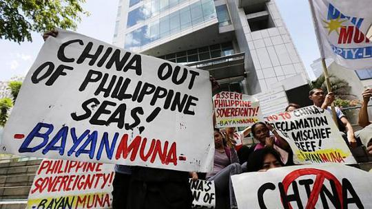 Người dân Philippines phản đối Trung Quốc cải tạo san hô trái phép trên biển Đông hôm 17-4. Ảnh: EPA