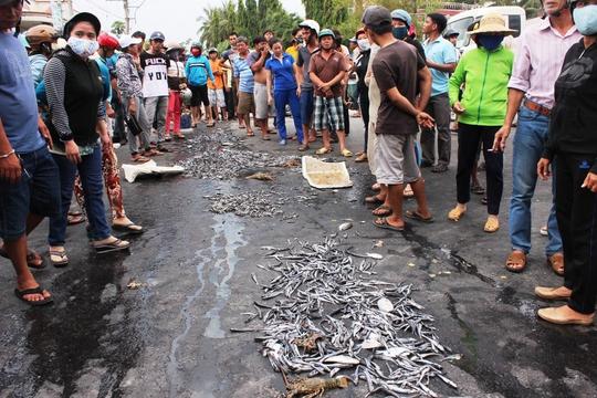 Người dân đổ cá trước UBND phường