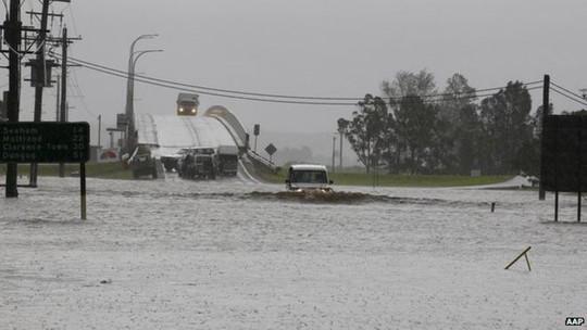 Thống đốc Mike Baird tuyên bố tình trạng thảm họa tự nhiên ở vùng ngoại ô phía Đông Sydney. Ảnh: AAP
