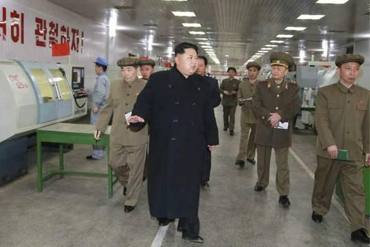 Nhà lãnh đạo Triều Tiên Kim Jung Un tham quan một nhà máy sản xuất bộ phận tên lửa và thiết bị quân sự ở Bình Nhưỡng. Ảnh: EPA