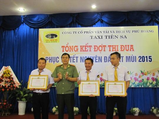 Đại tá Trần Văn Chung, trao tặng giấy khen cho 3 tài xế bắt trộm