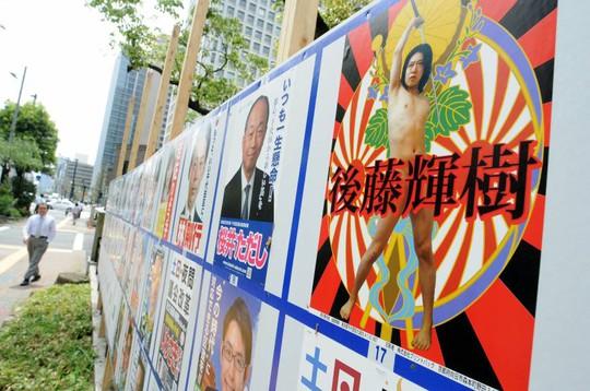 Tấm áp phích tranh cử của ông Teruki Goto. Ảnh: Japan Times