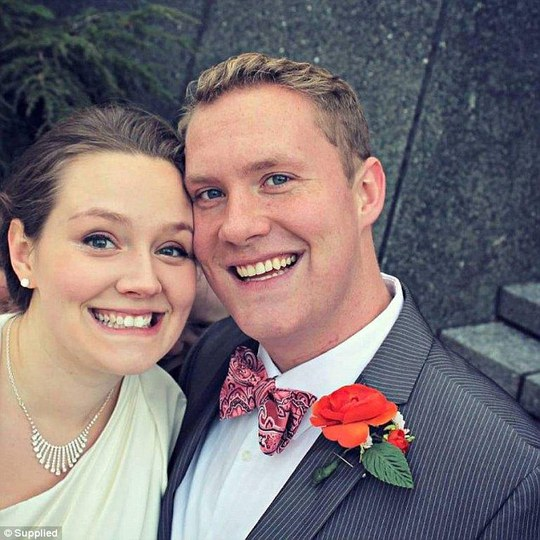 Tấm hình cưới của anh Kevin Matthew Dennis và vợ Christiana có một khuôn mặt chen giữa hai người. Ảnh: Daily Mail