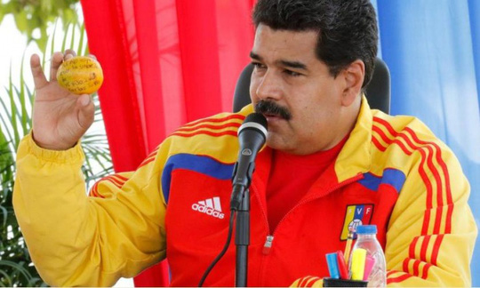 Tổng thống Maduro cầm trái xoài của Olivo và hứa tặng nhà cho cô. Ảnh: www.nicolasmaduro.org.ve