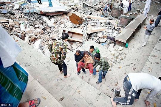 Tình nguyện viên cứu người bị nạn tại Kathmandu. Ảnh: EPA