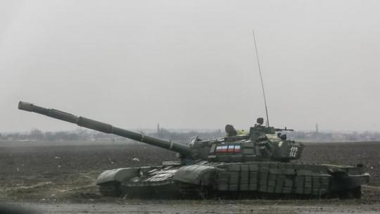 Xe tăng của phe ly khai đậu ở thị trấn Yenakieve, Đông Bắc Donetsk - Ukraine. Ảnh: Reuters