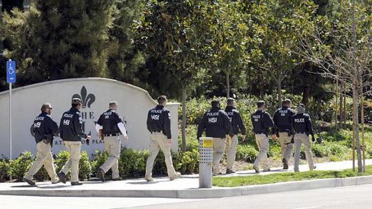 Nhâ viên cơ quan liên bang khám xét các chung cư ở California hôm 3-3. Ảnh: Reuters