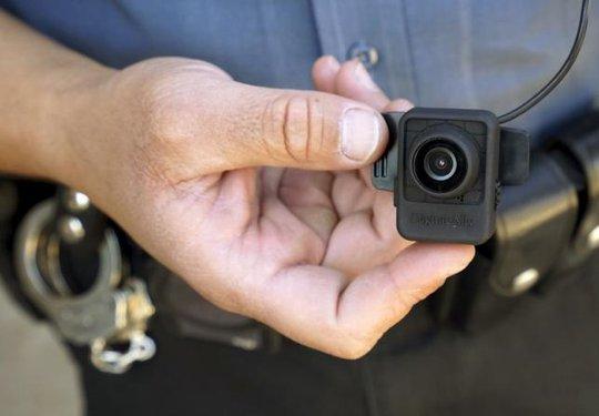 Cảnh sát bang Colorado - Mỹ cầm một chiếc camera gắn trên cơ thể. Ảnh: Reuters