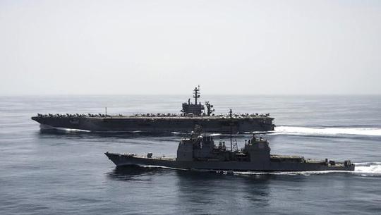 Tàu sân bay USS Theodore Roosevelt và tuần dương hạm tên lửa dẫn đường USS Normandy của Mỹ hoạt động tại vùng biển Ả Rập. Ảnh: Reuters