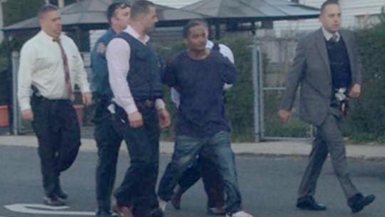 Nghi phạm Demetrius Blackwell (áo thun đen) bị cảnh sát còng tay hôm 2-5. Ảnh: CBS News
