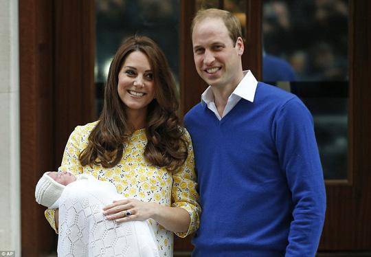 Công nương Kate rạng rỡ sau khi sinh. Ảnh: AP
