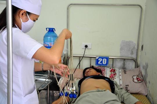Một nạn nhân phải nhập viện cấp cứu sau khi ăn bánh mì tại cơ sở của bà Võ Thị Minh Nga. Ảnh: T.Trực