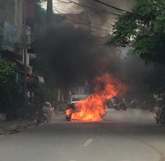 Chiếc ô tô 4 chỗ nhãn hiệu Huyndai Sonata bốc cháy dữ dội