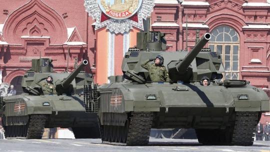 2 xe tăng T-14 Armata tham gia buổi tổng duyệt hôm 7-5. Ảnh: Reuters