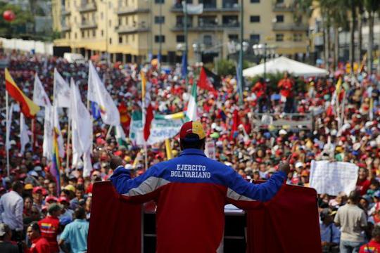 Tổng thống Venezuela Nicolas Maduro nói chuyện với người dân hôm 1-5. Ảnh: Reuters