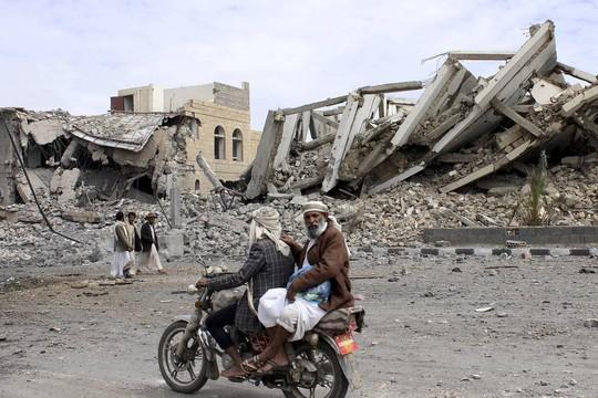 Tỉnh Saada bị hư hại nặng sau các cuộc không kích hôm 7-5. Ảnh: Reuters