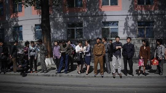 Người dân Bình Nhưỡng chờ đón xe trên đường phố. Ảnh: AP