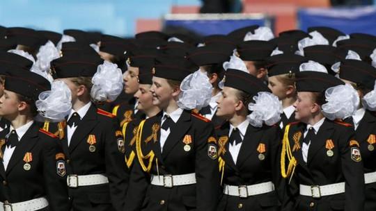 Nữ học viên quân sự Nga trong lễ duyệt binh 9-5. Ảnh: Reuters