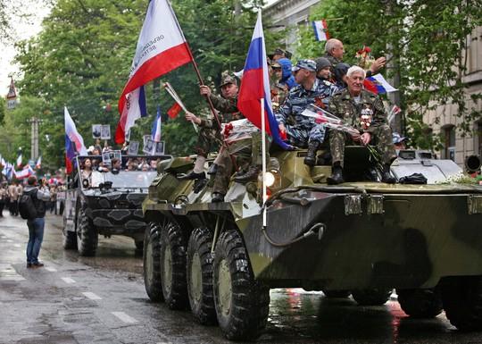 Xe bọc thép BTR-80 phô trương sức mạnh. Ảnh: Sputnik News