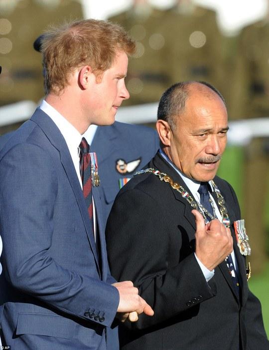 Hoàng tử Harry gặp Tổng đốc Jerry Mateparae. Ảnh: AP