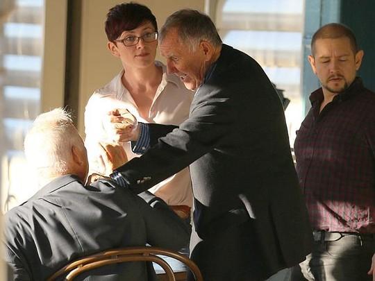 Ông Singleton dọa cắt tai người bạn già khiến 1 nhân viên đi cùng phải can ngăn. Ảnh: Diimex